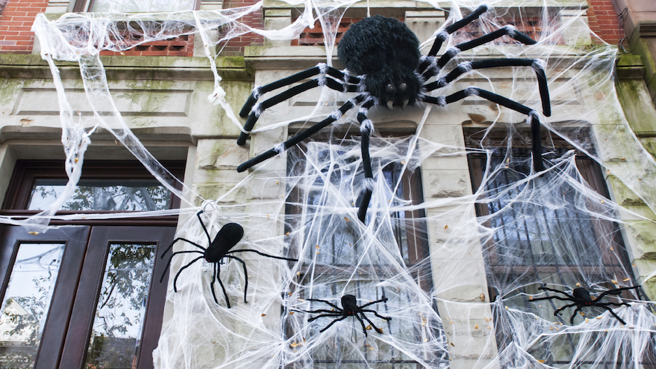 6 Reasons to Have an Apartment Wide Trick-or-Treating Party