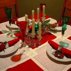Holiday Decorating: Red Christmas Table Setting