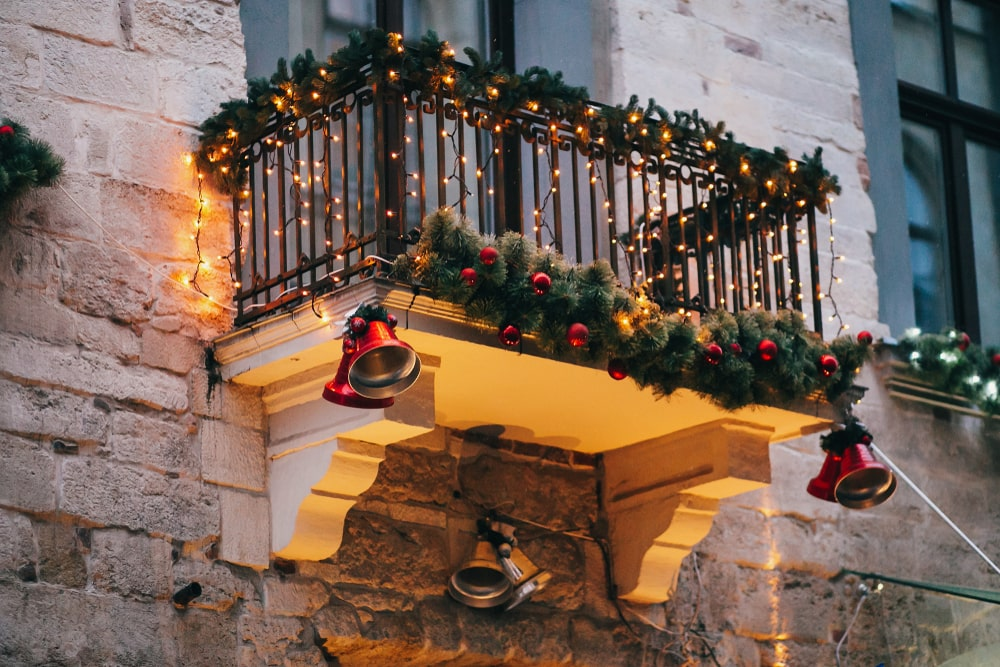 6 Festive Ways to Decorate Your Balcony for the Holidays